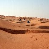 In der endlosen Weite der Wüste wirkt jedes noch so große Auto sehr klein.