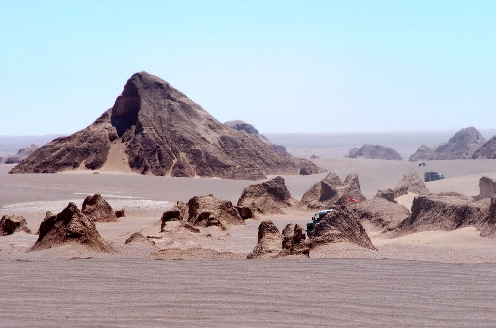 In der weiten Wüstenlandschaft erheben sich Berge