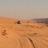 Bei der Fahrt durch die Wüste treffen Sie bis auf ein paar Beduinen niemanden.
