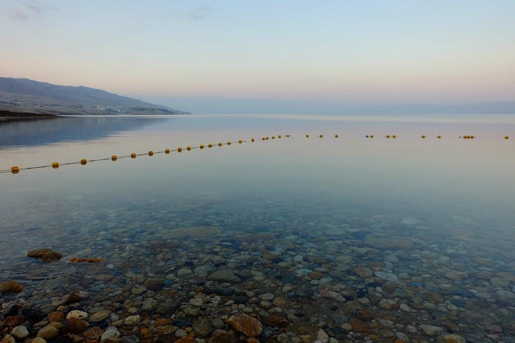 Wegen des hohen Salzgehaltes schweben Sie auf dem Wasser