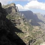 Blick auf Berghänge und Klippen