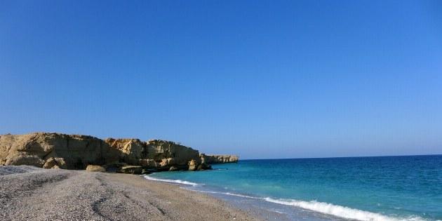 Der Strand zwischen Muscat und Sur ist seit dem Zyklon Gonu 2007 fast komplett mit Steinen bedeckt.