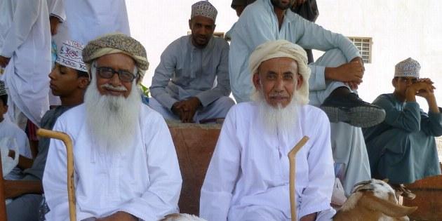 Viele ältere Omanis kaufen zwar selbst kein Vieh mehr, erfreuen sich aber an dem Treiben auf dem Markt.