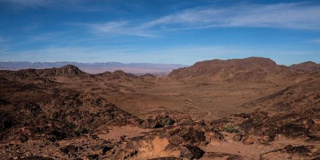 Blick aus der Ebene auf den entfernten Hohen Atlas
