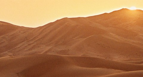 Die Farbe des Sandes verändert sich je nach Sonnenstand.