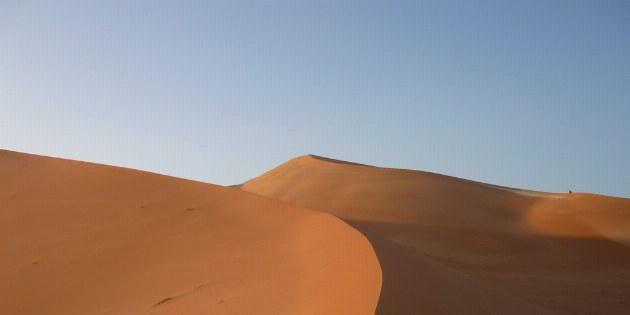 Durch das Abendlicht entsteht in der Wüste eine magische Atmosphäre.