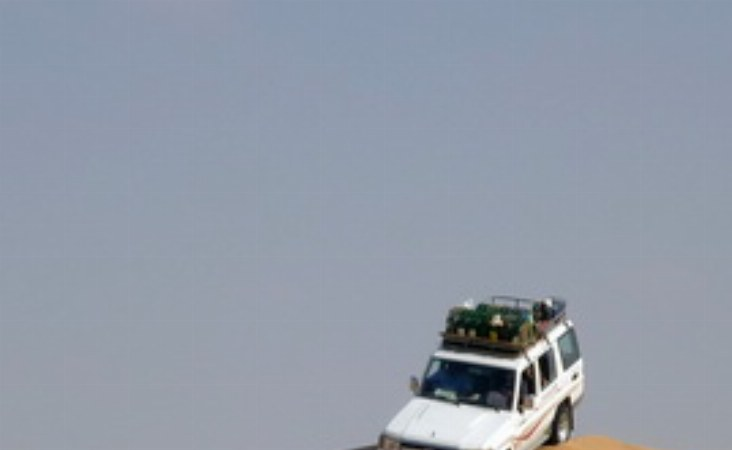 Unsere erfahrenen Reiseleiter führen Sie mit Freude und Souveränität durch die Wüste.