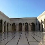 Der omanische Marmor und der indische Sandstein strahlen zusammen eine Ruhe aus, die auf die Besucher übergeht.