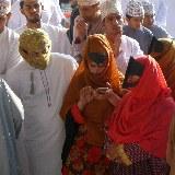 In Nizwa finden sich am Freitag auch viele Beduinenfrauen ein, denn sie entscheiden welche Tiere gekauft werden und welche nicht.