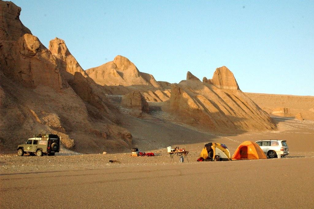 Vorbereitung für das Abendessen unter dem eindrucksvollen Sternenhimmel der Wüste