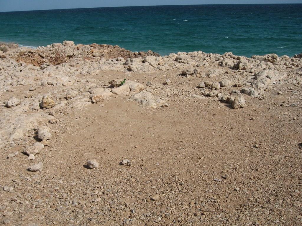 Neben vielen Steinküsten gibt es auch kilometerlange Sandstrände an den insgesamt 1700 km Küste des Landes.