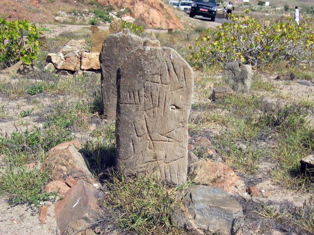 Oft erkennt man die Grabsteine erst bei genauerem Hinschauen.