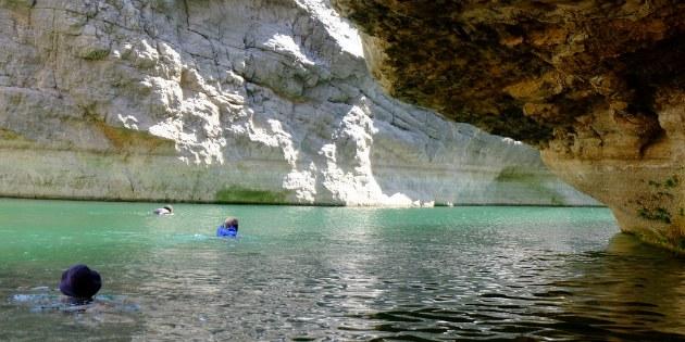 Die Süßwasserpools sorgen während der Wanderung für eine willkommene Erfrischung.
