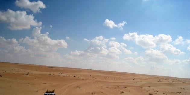 Während der Fahrt durch die Wüste trifft man wenn, dann nur selten einen Beduinen.