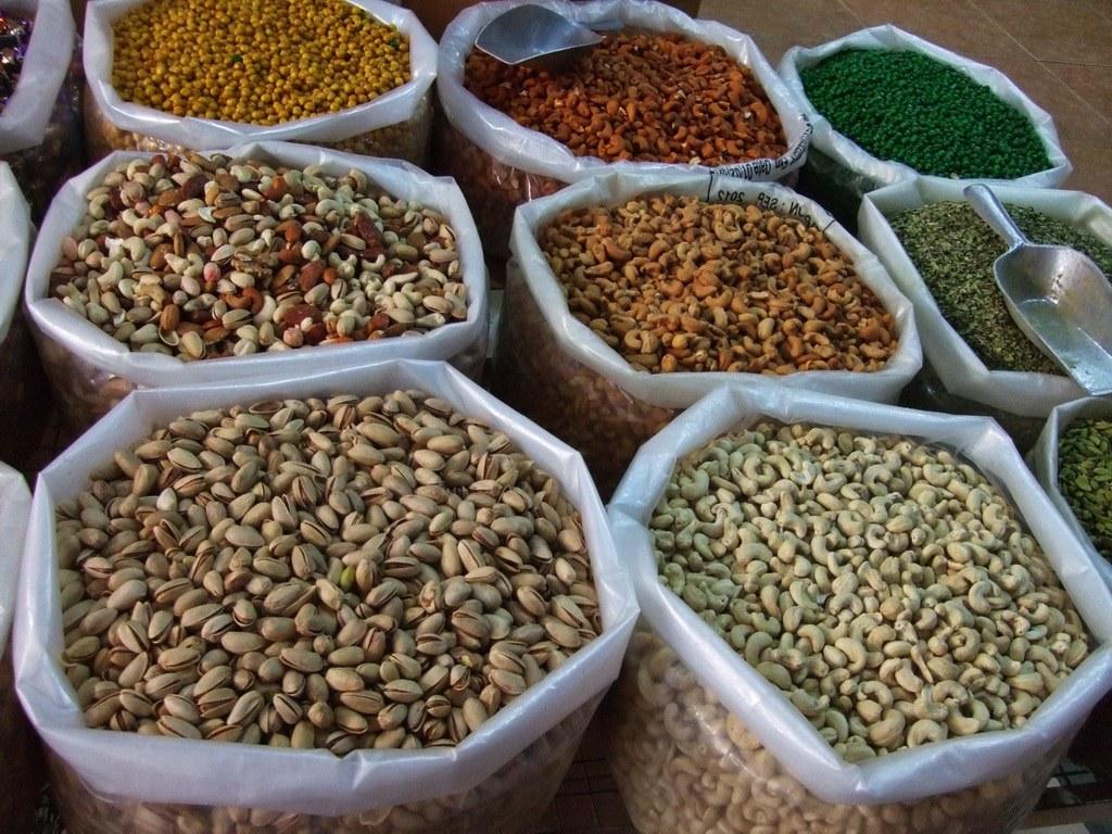 Im alten Markt in Nizwa kaufen Touristen und Einheimische Nüsse und Gewürze aus aller Welt frisch aus großen Säcken.