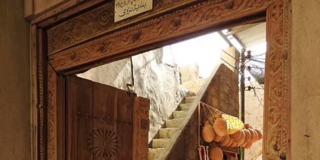 Welche Geheimnisse verstecken sich hinter dieser Tür im alten Souq von Nizwa?