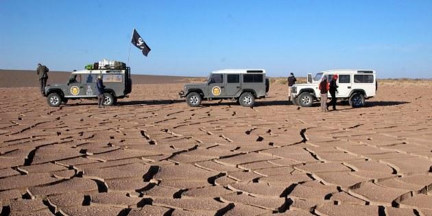 In die Wüste fahren wir mit einen Begleitfahrzeug