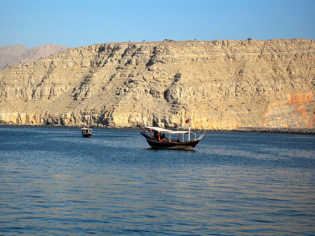 Die traditionellen Dhaus werden nicht nur als Touristenboote, sondern auch zum Fischen benutzt.