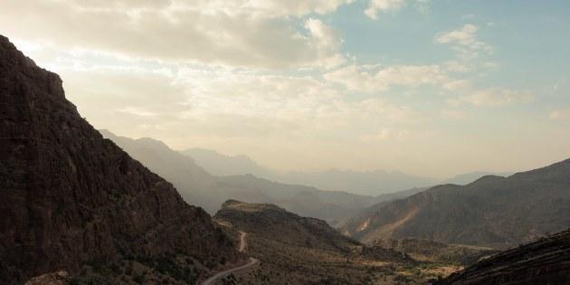Mit der Fahrt durch dieses Wadi durchqueren Sie das Hajjar-Gebirge auf einer alten Handelsroute.