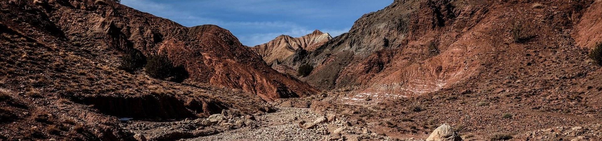 Oft führt der Weg entang trockener Wadis