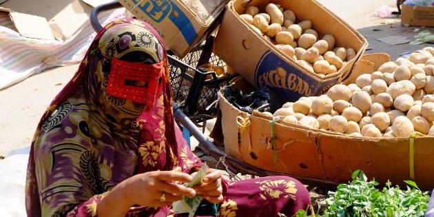Diese Markt- Verkäuferin trägt eine typische Tracht im Süden Irans