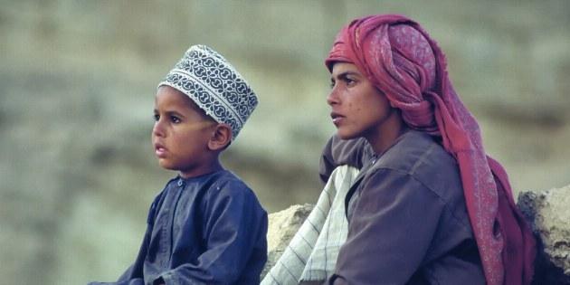 Kinder sind immer sehr neugierig, wenn Touristen in ihr Dorf kommen.