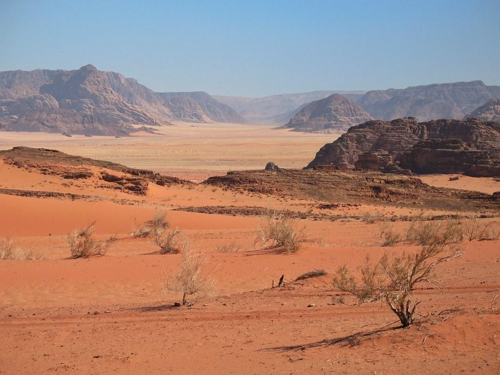 Die beeindruckende Felsenwüste der Wadi Rum in Jordanien beeindruckt mit ihrer vielfältigen Landschaft.
