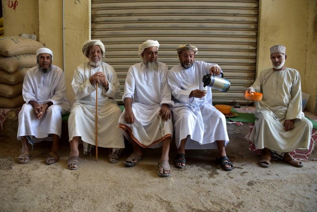 Gerade die alten Omanis treffen sich gerne mehrmals täglich zum Kaffee und laden auch gerne Touristen dazu ein!