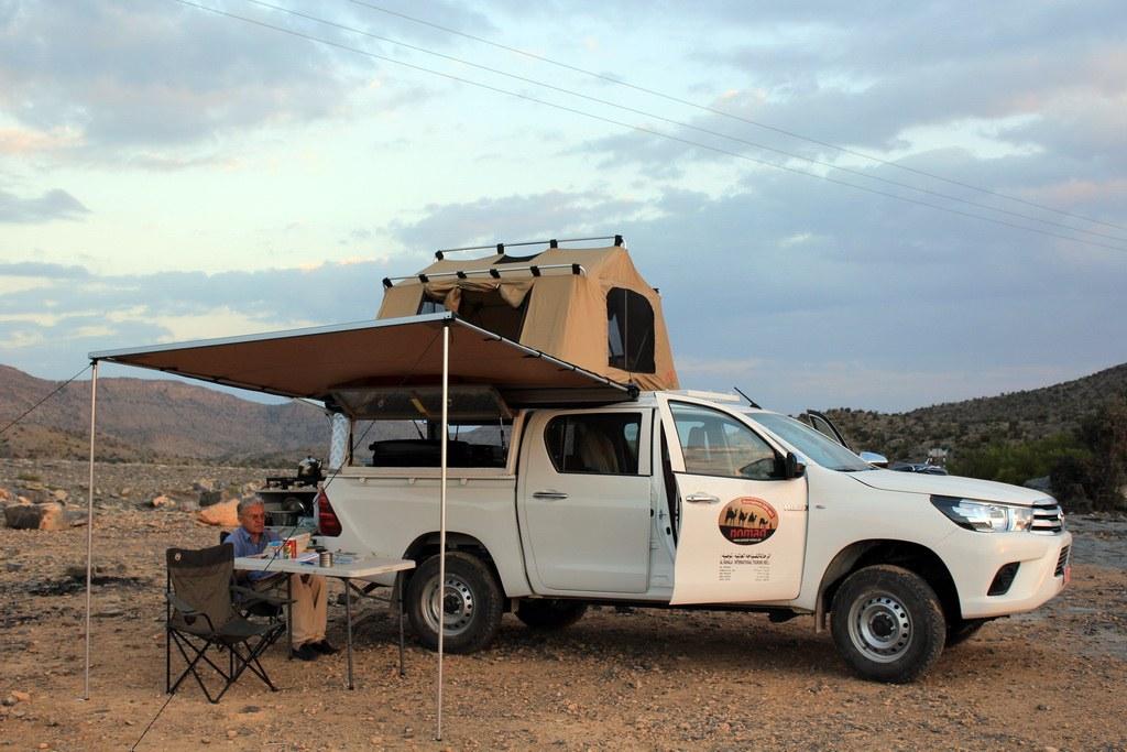 Mit den Sonnensegeln des Toyota Hilux sind Sie auch vor der omanischen Sonne gut geschützt.