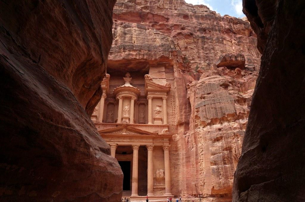 Der Blick aus dem Siq hinaus auf das imposante Mausoleum.