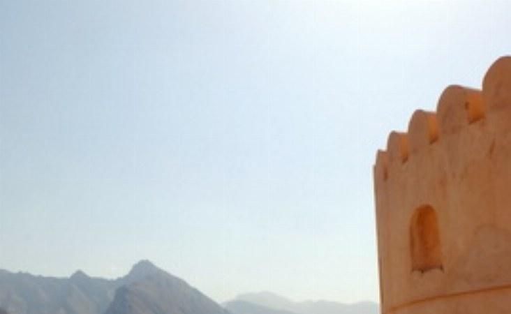 Auf dem Turm der Festung hat man einen einmaligen Blick auf die Felder des alten Dorfes und das angrenzende Gebirge.