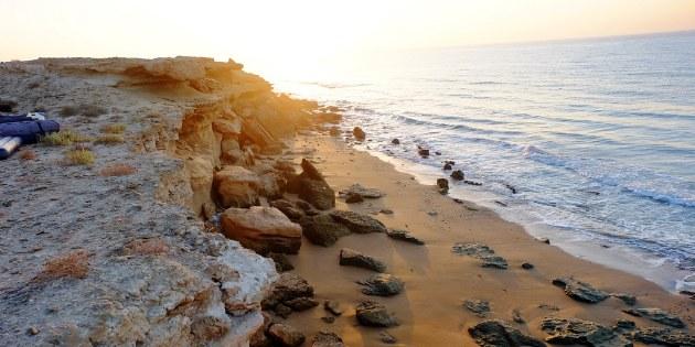 Die Sonnenuntergänge an der felsigen Küste des Persischen Golfs sind besonders eindrucksvoll