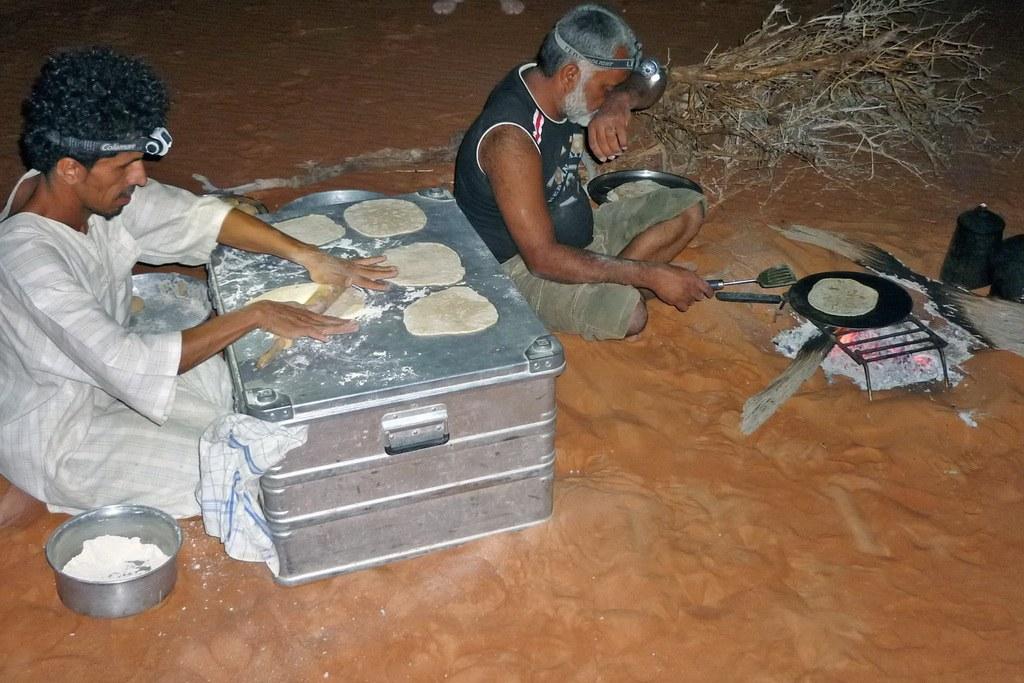 Ganz im Sinne unserer müllfreien Reise: in der Wüste wird das Brot selber gebacken.