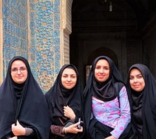 Die jungen Frauen freuen sich über ein nettes Gespräch