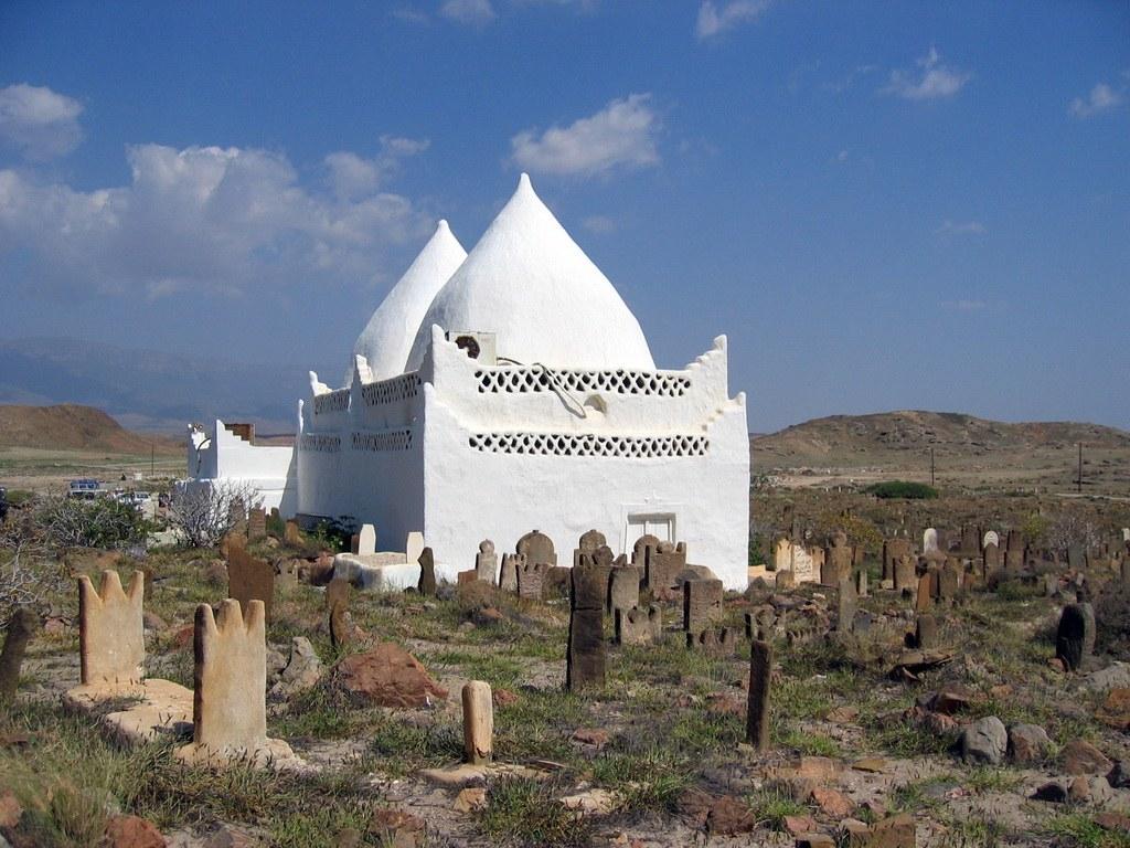Das Grabmahl ist umsäumt von Bergen, nahe der Küste.