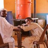 Vater und Sohn in einem Cafe