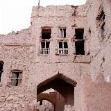 Verfallene Häuser in al-Hamra laden zum Erkunden und Entdecken ein