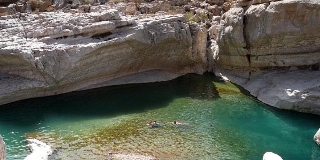 In einigen Wadis gibt es ganzjährig Wasser und man darf auch für eine Erfrischung darin eintauchen.
