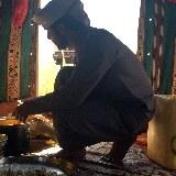 Oman Kameltrekking Rub al-Khali Beduine kocht im Beduinenzelt