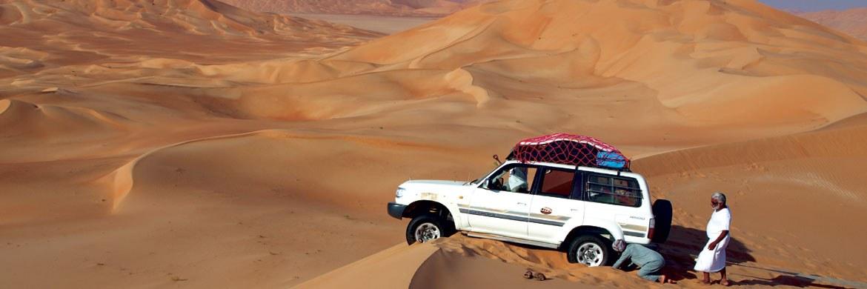 Geländewagen in der Wüste Rub al-Khali